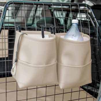 Två beige bagageväskor